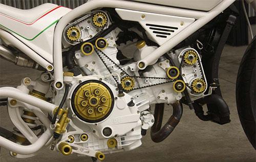 Un motor de Ducati blanco, estética a la que cuesta acostumbrarse.