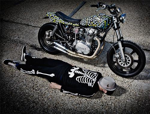El piloto a juego con la moto ...