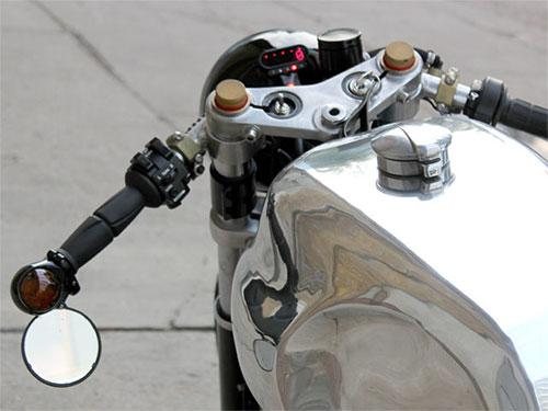 Bellísimo depósito y reloj minimalista de motogadget.