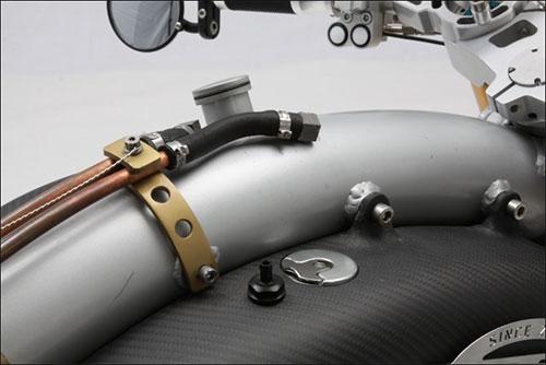 Los tubos de aceite en cobre le dan un toque retro.
