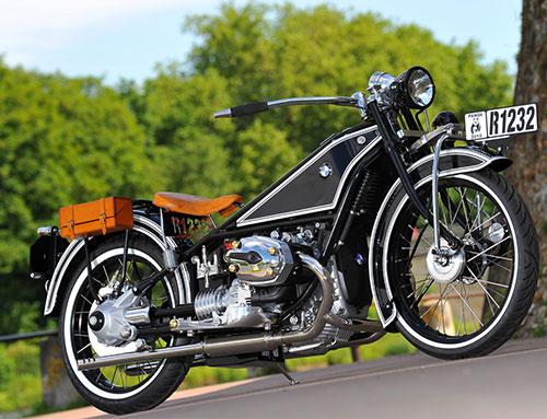 Gran faro, depósito el aluminio pulido o cepillado, horquilla invertida, manillar ancho, un motor Guzzi moderno, una maravilla ...