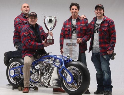 Los felices ganadores junto y encima de su moto