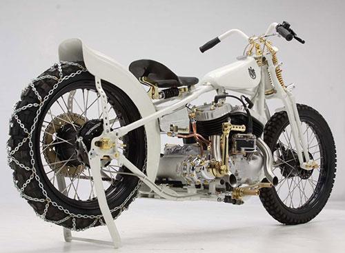 Guardabarros trasero más del estilo de una dragster que de una moto de este tipo.