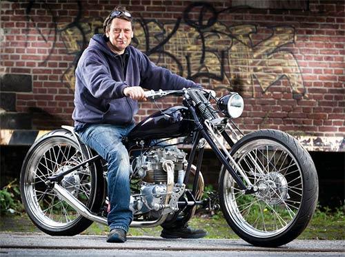 El autor de la moto, exultante tras recibir el premio.