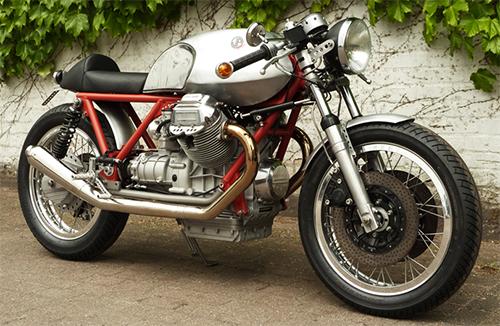 Al más puro estilo Italo cafe racer, chásis rojo y aluminio pulido.