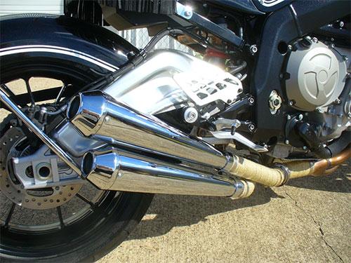Megáfonos en una moto de 200 CV.